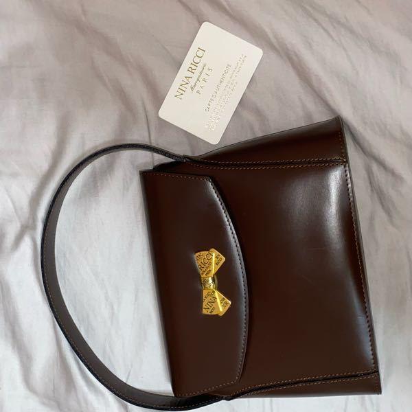 """至急‼️‼️‼️ おばあちゃんの友達からもらった""""ニナリッチ""""というブランドの物らしいのですが、値段幾らかわかる方いますか?? バッグ貰ってそのままでは悪いのでお返しをあげたくて、、。"""