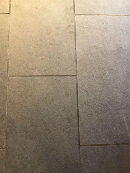 玄関などのタイルの床材の掃除方法についてお伺いします。 いま仕事で入っている賃貸マンションなのですが、床材に写真のような凹凸のあるタイルが使われています。 どのように掃除するのが効率的で、かつ効果的でしょうか。 オートロックの外側(雨が当たる場所)と、内側の2箇所あります。 内廊下仕様になっているので、オートロックの扉を入ったら完全に「屋内」で、雨や風は入って来ず、2階へ上がる階段からはカーペットです。床材の上に室内用の空気清浄機などもあるので、オートロックを入った場所の床材は、水を流してデッキブラシでゴシゴシすることはできません。 会社からは、クイックルワイパーのような形のモップを与えられていますが、モップの凹凸と床材の凹凸があたるからか、モップがなかなか動きません。力を入れて動かしても、床をきれいにできているような感じはありません。 なので、とりあえず絞った雑巾で拭きましたが、あまり汚れが取れているようには見えません。 オートロックの外側の部分に先日虫の死骸?みたいなのがこびりついていたので、小さなブラシに水つけて擦り、水分は乾いた雑巾で拭き取ったところ、その部分(10センチ四方くらい)だけやたらきれいになり、微妙に目立ちます。 屋外は雨の日にデッキブラシで全体をゴシゴシと擦ればいいかなと思うのですが、屋内のタイル全体をきれいにするには、どうするのが効率的で効果的なのかなぁと悩んでいます。 オーナーさんが結構細かい方らしいのと、私自身も汚れが気になってるので、しっかりきれいにしたいなぁと思っています。 掃除用具は、よっぽど高価なものでなく普通の掃除用具であれば、会社に頼めば買ってくれるそうです。 お掃除に詳しい方、よろしくお願いします。 (使用済みのコーヒー豆をひいたものやお茶の葉などを玄関に巻いて箒ではいたらきれいになる、と前にテレビで見たのですが、どうでしょうか。。)