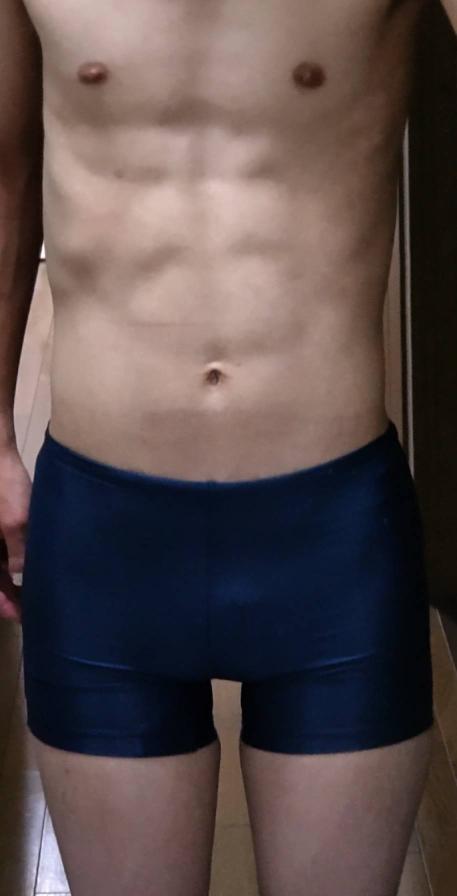 今夏に女友達とプールに行った時に腹筋8パックに割れてるし細マッチョでかっこいいと言われて触られました。僕の腹筋は8パックに割れて見えますか?