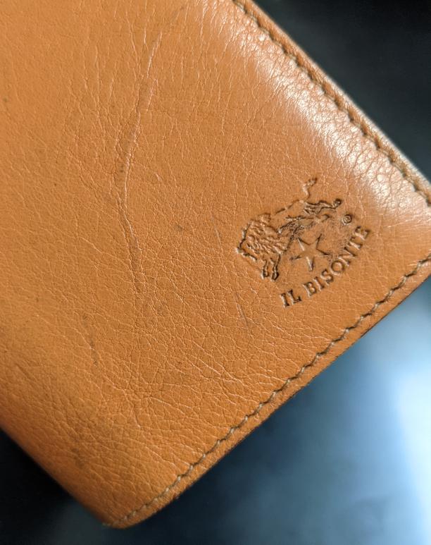 革財布の黒ずみの落とし方 イルビゾンテのロゴ部分や左下側に黒ずみが出来てしまいました。 どうしたら黒ずみが消えるか、教えていただきたいです。 消しゴムでこすると消えると書いてあったのでやってみましたが、消えませんでした(T_T)