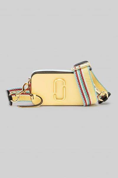 「至急」 このマークジェイコブス?のスナップショットのカバンみたいな感じのショルダーバッグで紐が太めのカバンが欲しいんですけど名前分かりますか? またおすすめのこうゆうバッグのブランドや名前...