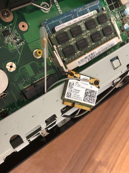 一体型PCについてです。通電しても電源が点滅して入らずCPUファンも回らない、そしてどこからか「チチチチチチチチチ…」とコンロの着火前みたいな音がしていて、いろいろ確認した末に画像のチップを抜いたらファンが 回り出し、チチチチ音も止みました。 一体このチップがなんなのか、分かる方教えて下さい
