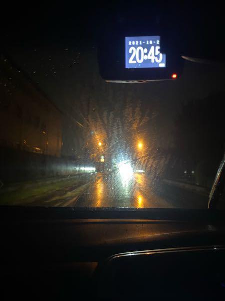車のフロントガラスについて 雨が降ると、白い膜のようなものが貼ってしまって前が見にくくなってしまいます。 これは油膜というものなのでしょうか? 市販のもので改善されるものがあれば教えてください!