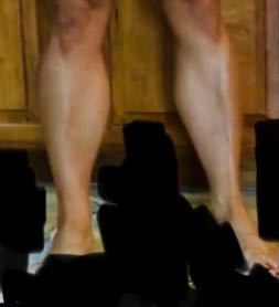 女子高校生です。帰宅部なのにこんなに脚の筋肉痛が発達しています。 調べたらところふくらはぎは遺伝が大きいらしいです。 どうすればよいですか?