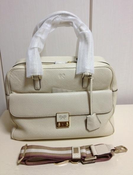 写真のバッグの持ち手についている白い素材は何て言う商品でしょうか?