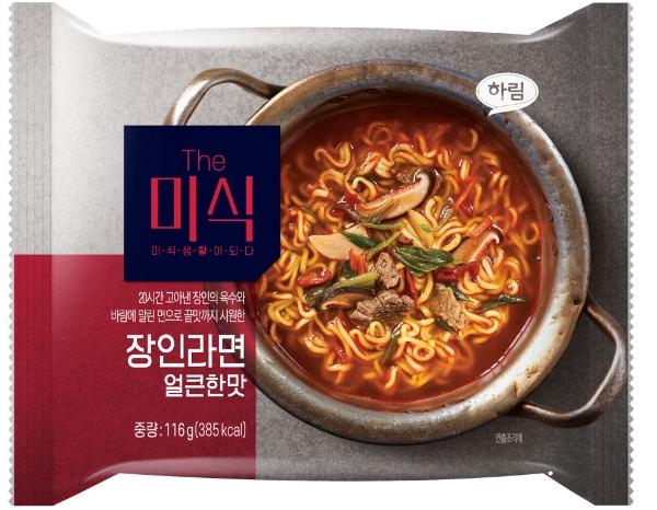 韓国では汚い金属鍋に入ったラーメンの方が高級なイメージなのでしょうか? 私には戦場か遭難者の非常食に見えます。 写真は韓国の新商品で高級ラーメンのパッケージです。 https://you1news.com/archives/39970.html