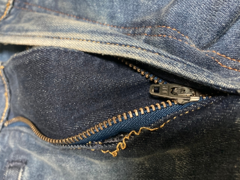 デニムの修理について チャックの近くの糸がほつれてしまいました。 お直しに出すといくらぐらいかかるでしょうか? 表の糸と裏の糸を交差させたような縫い方をしているようです。 これはデニムでは一般的な縫い方なのでしょうか? よろしくお願いします。