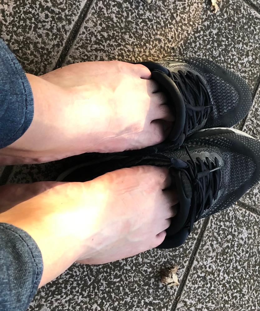 画像あります 素足に靴を履いていて蒸れたので少し脱いでいたところ子供に「臭そう」と言われました。見ず知らずの子供です。 小1くらいだと思いますが、その年代だと素足に靴は臭くなると分かっているので...
