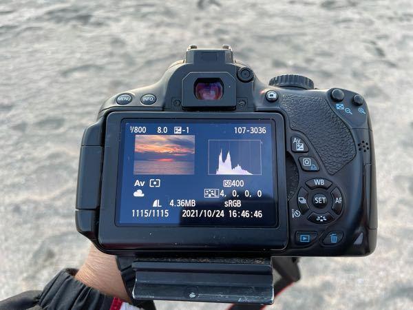 Canonのkiss6iを使っています。どこか設定を触ってしまったのか、撮影した物を再生すると画面が小さくなってしまいます。直す方法はありますか?
