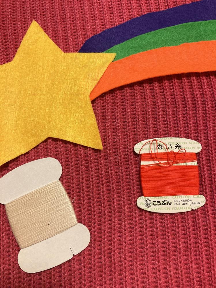 フェルトを縫い付けたいんですけど糸はどっちの色の方がいいと思いますか?