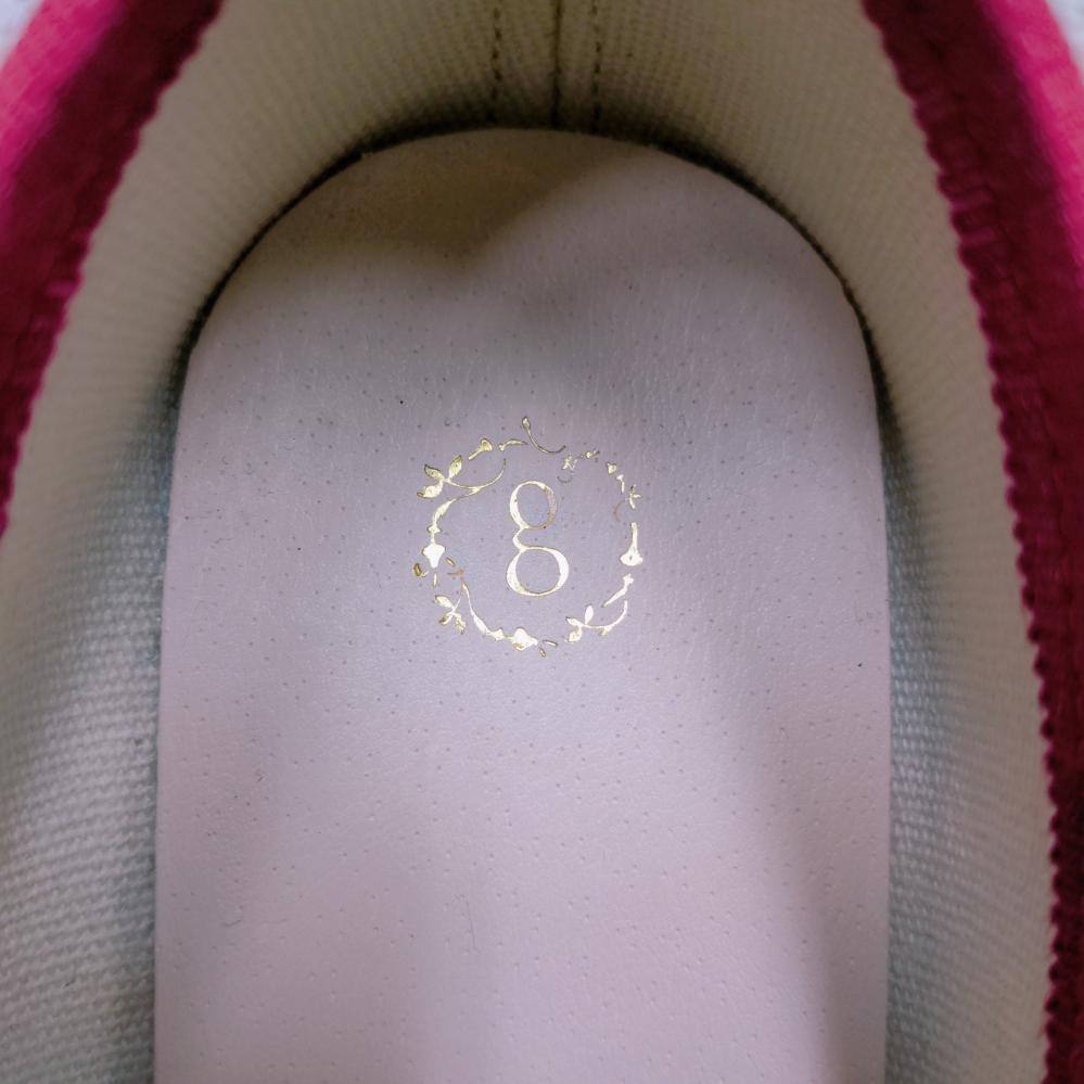 この靴のブランド名がわかる方がいましたら教えていただきたいです。gの周りに植物みたいなもので囲まれているロゴです。 多分海外の靴です。(サイズが35と書いてあり日本の表記ではなかったため) どな...
