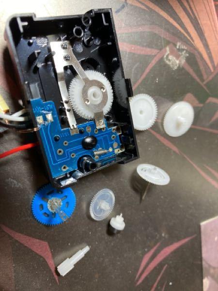 目覚まし時計を修理しようとして、ムーブメントの解体してしまい、部品がバラバラになり、複雑に困っています。 どなたかわかりませんでしょうか?