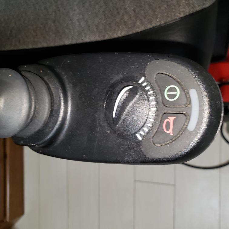 アルケアコーポレーションのゴーチェアをしばらく使っていなかったのでバッテリーを充電しているのですが充電器の点灯はpowerのみ点灯した状態で電動車椅子のほうは充電点灯されていないのですがしばらくしないと点 灯しないのでしょうか?それとも充電器の故障なのでしょうか?