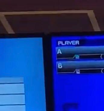 ラウンドワンのボウリングの上の画面の表記についてです。 AとBの横にあるNの表記がピンクと青に別れているのは性別の違いでしょうか? どなたか教えて頂きたいです (>_<)
