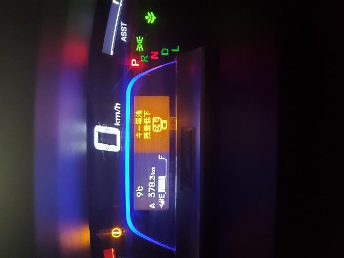 クルマのエンジンかけたらこんなの出ました! エンジン切ったらもう、かからないですか? どうしたらいいかわかりません こんな時間だし、キーの電池ってどこで交換するとかわからないです。