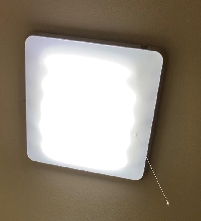nationalの天井照明について 画像のナショナル製の照明器具の電球を取り替えたいのですが、型式が分かりません。(おそらく2000年頃のものだと思います) パナソニックのサイトを見るとこれが近いかな?と思うのですが、どなたか分かる方はいらっしゃいますでしょうか? https://www2.panasonic.biz/ls/catalog/lighting/products/detail/shouhin.php?at=category&ct=juutaku&id=00000018&hinban 正方形に近く、サイズは大体70センチくらいです。カバーを外す用のボタン?のようなものも見えました。蛍光灯は5本入っています。 (斜めの天井に取り付けられているため、写真が若干ななめですみません) 設置個所が高さ3メートルくらいの場所なので、事前にカバーが全部外れるのか、それとも引掛金具がついているか知っておきたいです。 一人なので机の上に小さな脚立を置いてカバーを外そうと思っていますが、もし外れるようであれば何かしら対策をして思い… あと、蛍光灯もカバーを外さないとスターター型とラピッド型か分からなかったので、panasonicの型番がほぼ同型ならスターター型を買ってこようと思っています。 詳しい方いらっしゃいましたら、よろしくお願いします。