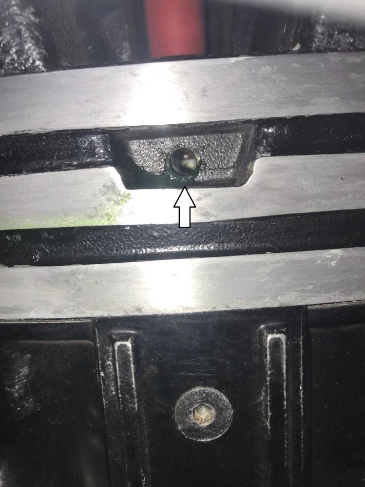V-MAX1200 2LT ですが画像の矢印の穴からクーラントが微量漏れてきました。 サイドスタンドで傾けた時だけですが、ここは何の穴でしょうか? 何かの劣化で起きる漏れでしょうか?