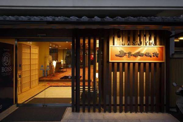 旅館の入り口にある 木の札に店の名前が書かれてあるものは なんという名前なのでしょうか? 回答よろしくお願い致します。