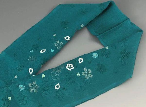 この半衿は七五三の子供用でしょうか? フリマサイトで七五三、子供用と書いてあったので買いました。 いざ着けようと合わせてみるとやたら長くて太いんですが、あまり詳しくないのでどなたかお願いします。 タイトル 【新品】七五三 子供用 かわいい刺繍の半衿 緑 本文 新品未使用 子供用の豪華刺繍の半衿です。 長さ:約115cm 幅:約16cm