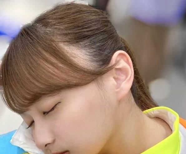 坂道寝顔クイズPart41 画像は、現役坂道メンバーの寝顔です さて、なにを枕にして寝てるでしょうか? 正解者には500枚(゜∀゜)