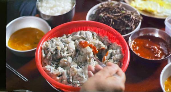 韓国ドラマに出てきた食べ物なのですが、これは何だと思いますか? 牡蠣に似てますがそれよりごてっとした雰囲気です。 タレをのせてスプーンですくって食べていました。 韓国料理に詳しい方教えてください。