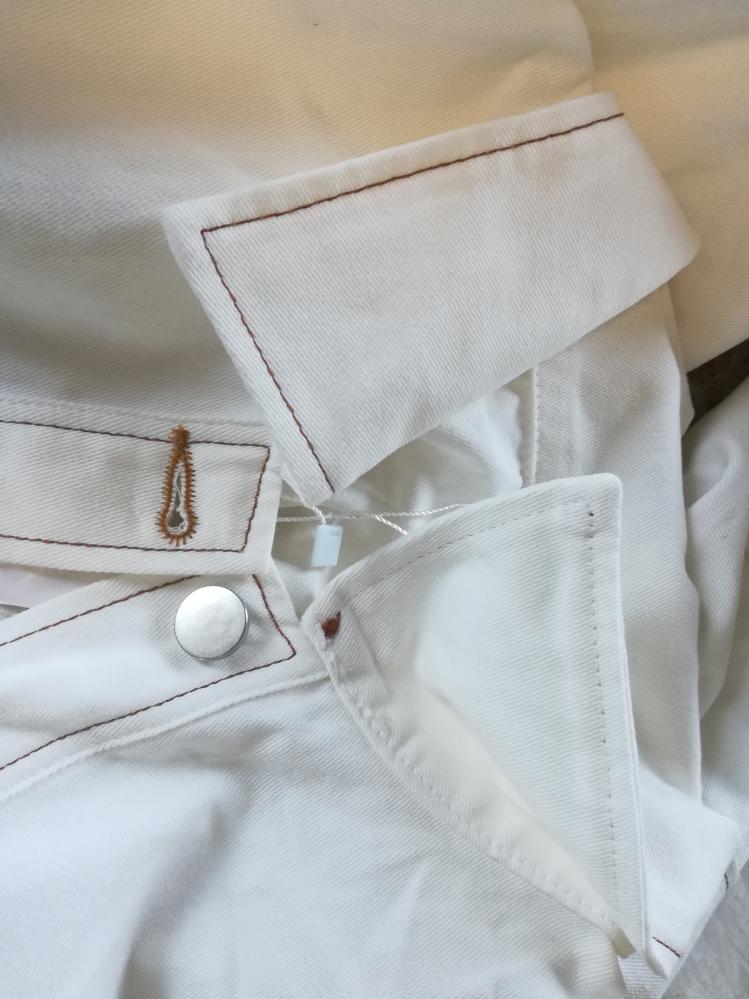 手縫いで襟を丸くお直しする方法 襟をもう少し丸く出来たら、と思っているジャケットがあるのですが、素人が襟を手縫いでお直しすることは難しいでしょうか?(><;) 襟を丸く切って、目立たない白の糸で縫い合わせようかと思いましたが、やはりそんな簡単には出来ないでしょうか? ご自身の知恵でも何かサイトや動画でも良いので教えて頂けたら嬉しいですm(_ _)m 当方、裁縫など全くの素人な為、ミシンが無いと無理であったりかなり難しそうであれば諦めようと思っています…。 画像は襟の作りが分かりやすいかと思い片方裏側にしています。