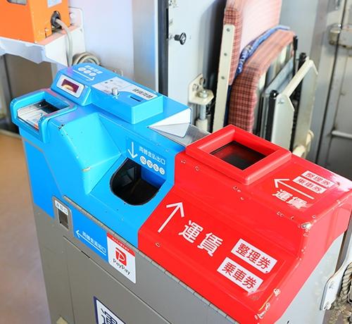 この写真のワンマン列車の運賃箱に千円札をそのまま入れることは可能なのでしょうか? 例:1200円の場合、千円札と二百円で支払い