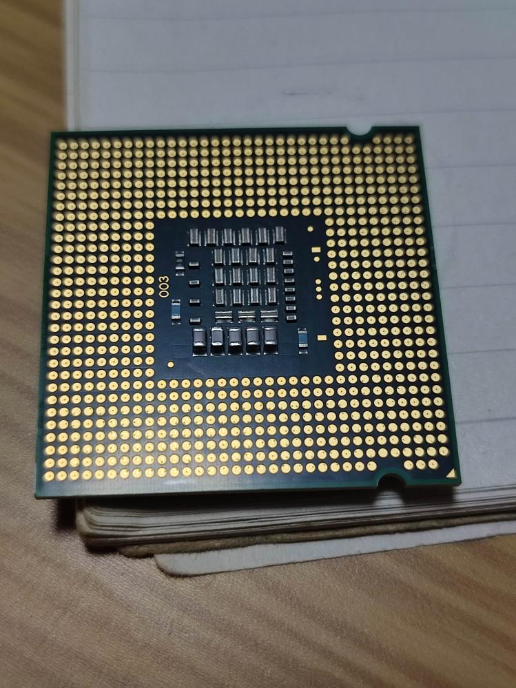 マザーボードが壊れたので、新しいマザーボードを買いたいです。 そこで、昔のpcのcpuをそのまま使いたいのですが、こちらの画像のcpuは、AMDかIntelか解りますでしょうか? また何世代のものか解りますでしょうか?