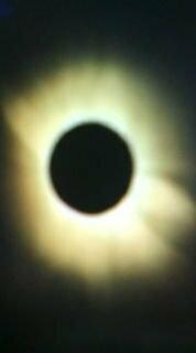地平線すれすれで起こった皆既日食は、大気の影響でコロナの色が金色に輝きますよね。 では、他に変わった見え方がする条件などはありますか?  また日没に近い場所で見られる日食は、どんな見え方をするのでしょ...