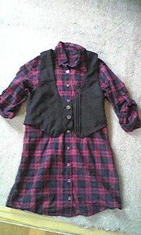 シャツワンピのコーディネートについて 先日、黒のベスト付きのシャツワンピを購入しました。 ショーパン履くと隠れてしまって スキニーデニム履くと重たくなっちゃって(゜Д。)+.  夏らしいカジュアルな着こな...