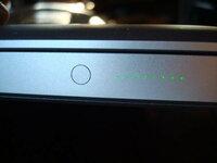 MacBook Pro 左側面にある丸いボタンは何ですか? MacBook Pro 13インチモデル MB990J/A 2.26GHz Intel Core 2 Duo メモリ 2GB HD 500GB  左側面にある丸いボタンは何でしょうか?  押すと、緑のLEDが光ります。