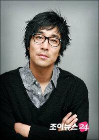 韓国ドラマ「風の国」に出ているパク・サンウクさんって、岸谷五朗さんに似てませんか? 今、このドラマのDVDを観てるのですが、気になっています。 韓国ドラマを観てると、このヒト日本の○○に似てるなぁ~ ...