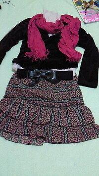 このコーディネートはどうでしょうか? 黒ベロアジャケット、薄ピンクタートル、リボンゴムベルト、小花柄スカート、ストールです。  もっとおしゃれに着こなしたいのですが、何かアドバイスをお願いします。 これらのアイテムを使って他の着まわしなどあったら、それも教えてください。