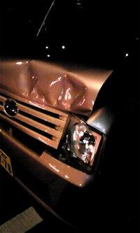 修理代+代車代+評価損だけでは納得いきません。10(相手):0(自分)の事故に遭いました。 駐車場の出口で事故に遭いました。 私の前に2台車がおり、先頭の車の方(以降A)が駐車券が見当たらなかったらしい...