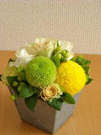 堀江周辺or大阪市内でおしゃれな花屋さん 今年の春、堀江で挙式予定です。 式の後会食のような形で小さな披露宴をする予定なのですが 会場でお花を手配してもらうと、おまかせの上にお値段がけっこうはります・・...