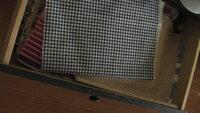 ランチョンマットサイズの布の収納について教えて下さい ハギレサイズや、ランチョンマットサイズの30センチくらいの布を、 敷いて、小物やお弁当の撮影をしています。 最近、気が付けば沢山溜まってきてしまいました。  長めの引き出しに、布をピンっと張り、シワにならないように 重ねて収納していたのですが、沢山増えるたびに下にある物を 取り出しするのに、無理を感じます。  お弁当などは...