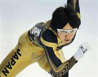 バンクーバー・オリンピックのスピードスケートの衣装の股付近の黒い布はサポーターパンツですか? 金色の衣装で股付近が黒いパンツをインナーにはいているようにみえますが?