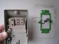屋外用防水コンセント 配線を教えてください。壁からは外灯用の黒、白配線コードが既にあります。 参照写真のどこの部分に黒、白コードを差し込めば良いか教えてください。