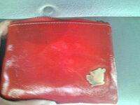 買ったばかりの革の財布にアクエリアスをこぼしてしまいました。 シミを消す方法はありますか? よろしくお願いします。