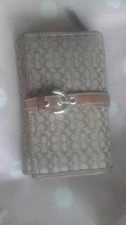 この財布を高校1年生が持っていたらババ臭いですか?この財布は姉に貰ったものなので使いたいのですが、友達にババ臭いと言われました(>_<)