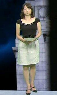 女性に質問です。 この画像は、某アナウンサー(誰なのかは分かる人には分かります)の画像なのですが、この女性の着ている服って袖の部分が非常に短いですよね? こういう服を着ている時の下着ってどういうものを着用しているのでしょうか? 肩ヒモが付いている普通のブラジャーだと袖口から肩ひもがすぐにずれてブラチラをしてしまいますから、肩ヒモの部分が無いブラジャーを着けているのでしょうか?