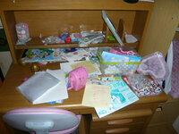 整理整頓が出来ない子供 小学2年生の子供ですが、 片付けが全く出来ません。  机の上には学校の物とおもちゃが散乱しています。  おもちゃはおもちゃ箱に入れて、 机におもちゃを置いたままにしないでって...