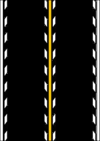 道路標示のセンターライン(黄色実線)両脇の破線(白色)の意味 神奈川県の西湘バイパス下り入口(大磯)カーブ手前より、添付画像の様な道路標示に成ります。  ●黄色の実線:追い越しのための右側部分ハミ出し禁止。 ●白色の破線:追い越しの為にはみ出しをしても良い。  ミックスするといまいち、あやふやに成ってしまいます。 どの様に解釈すれば宜しいのでしょうか?  ご教授頂きたく思います。