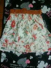 このスカートに合わせるトップスの色は何色がいいでしょうか?またどんなコーディネートが可愛いと思いますか?  よろしくお願いします。