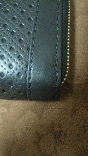 ジミーチュウの財布について質問です! 先日楽天でジミーチュウの財布を買ったのですが、縫い目が一部粗いところがあります。  偽物なのでしょうか?