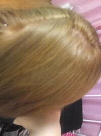 今の髪色よりもう少し暗めなアッシュ系かベージュ系な色にしたいです。 お金がないのでセルフでしたいと思っています。 今の髪色はフレッシュラ イトのメガメガブリーチ→パルティのマカロンベージュ→プリティアのミルクティブラウンです。 ちなみにブリーチからミルクティブラウンまで1日でしました。 傷むのは分かっていたんですが、ブリーチした後にマカロンベージュで染めると金髪になってしまってやむを得ずプリ...