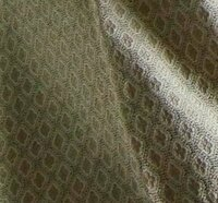 御召の着物について教えて下さい。 親戚からお召の着物を頂きました。  少し光沢感のある生地で、遠目には地紋のある無地のように見えるお着物です。  この着物にはどんな帯をなど合わせればよいのでしょうか? 紬の帯では織りの着物と織りの帯になってしまっておかしいですか?  また、お召の着物の格がよくわからないのですが、どんな場面で着ればよいでしょうか? よろしくお願い致します。