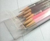 鉛筆ケース センター試験  センター試験のとき、 机の上には鉛筆と消しゴムだけ 置いて、ペンケースは置いては いけませんよね? ということはみ なさん鉛筆を 何本も机の上に転がしたまま 試験を受けているので...