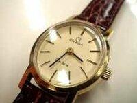 オメガかカルティエのアンティーク時計を購入しようと思っているのですが、この画像の2つの時計は大体、 何年頃に製造された物でしょうか? 宜しくお願いします。