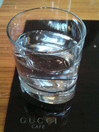 銀座のグッチカフェでお水(お冷)に使われてた、下が楕円形で上が円形のガラスのコップのブランド名をご存知ないでしょうか? 店員さんに聞いたのですが、聞いたこと無いブランドで忘れてしまいました。  よろし...